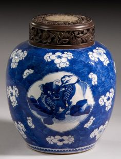 A CHINESE PORCELAIN BLUE AND WHITE GINGER JAR QING DYNASTY, KANGXI PERIOD (1662-1722)