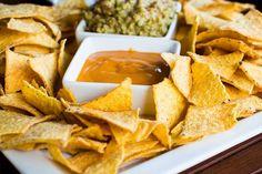 A mexikóiak kedvencét, a tortilla chipset nem különösebben nehéz házilag elkészíteni. Ha otthon sütjük, sokkal olcsóbban kijövünk, mintha a túlsózott bolti vagy az általában drága éttermi változatnál maradnánk. Többféle recept lelhető fel az interneten. Az eredeti tortilla és tortilla chipsmasa harinábólkészül, ami egy nagyon finomra őrölt kukoricaliszt. A nálunk forgalmazott sima kukoricalisztet nem ajánljuk tortillához, nem áll kellően össze az ebből gyúrt tészta. Ízletes chipset kapunk…
