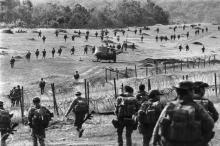Vietnam: Amerikanische Soldaten verlassen im September 1969 das mit Stacheldraht gesicherte Camp für Spezialkräfte bei Bu Prang