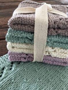 Karklude er måske ikke det allermest spændende, men jeg nyder nu at have den slags små lækre detaljer omkring mig – og så synes jeg heldigvis også, at det er hyggeligt at sidde og nørkle med.… Knitted Washcloths, Knit Dishcloth, Crochet Blankets, Crochet Home, Knit Crochet, Manta Crochet, Knitting Stitches, Knit Patterns, Knitting Projects