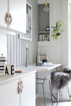 office space / breakfast bar in the kitchen  in a charming norwegian home in green, grey and cognac. Henriette Amlie Kalbekken / Designlykke.