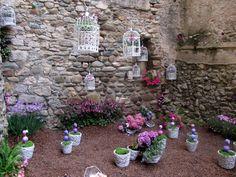 """""""Girona Temps de Flors"""". Gerona nos sorprende con una mágica puesta en escena para celebrar la primavera. Del 11 al 19 de mayo todo se viste con un traje de flores y luces. El arte floral se pone a la disposición de la ciudad, y brillantes artistas cubren con un manto de imaginación iglesias, terrazas, caminos, callejuelas, tejados, escaleras y todo lo que sea susceptible de ser una instalación de arte urbana. #girona #gerona #flores #flowers #decoracion #decoration"""