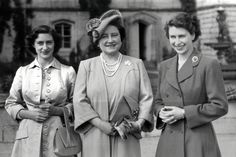 Queen Mother with Elizabeth and Margaret Vanessa Kirby, George Vi, Prince Albert, Reine Victoria, Duchess Of York, Paris Match, Isabel Ii, Casa Real, Queen Elizabeth