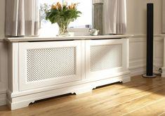 radiatorbekleding       Een radiatorbekleding geeft uw interieur direct een frisse, nieuwe uitstraling. Want radiatoren zijn nu eenmaal niet de meest fraaie elementen in een ruimte. Met een speciale ombouw lost u dit op eigentijdse wijze op. Quinterieur ontwerpt, produceert en plaatst radiatorkasten op maat. Voor bijvoorbeeld uw werkkamer, keuken of