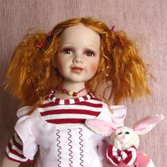 Panenka v současném oblečením s plyšovým zajíčkem.