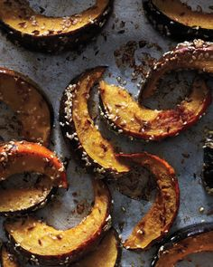 Acorn squash with sesame seeds Put a savory spin on sweet acorn squash with cumin, coriander, and sesame seeds. A little too 'spicy. Don't use cumin seeds or coriander seeds next time. Do all spice or cinnamon with sesame seeds. Vegetable Dishes, Vegetable Recipes, Vegetarian Recipes, Cooking Recipes, Healthy Recipes, Lunch Recipes, Delicious Recipes, Dinner Recipes, Tasty