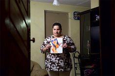 Keli Braga com uma foto da afilhada, Dayane Almeida. A adolescente inalou lança-perfume a noite toda e morreu