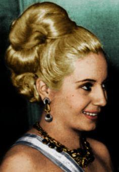 Evita Peron. Marcada por uma infância no campo e filha não reconhecida, Eva (1919-1952) trabalhou como atriz, modelo e locutora e se casou com o presidente argentino Peron. Lutou pelos direitos dos trabalhadores e da mulher.