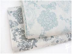 **STENZO Romantic Barock Baumwolle Weiß/Mint**  Material: 100 % Baumwolle/Poplin Farbe: Weiß/Mint Motiv Barockmuster in Mint Breite ca. 150 cm  **Beschreibung:**  Wunderschöner...