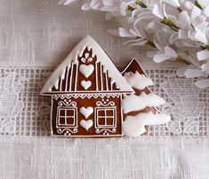 Gingerbread house cookie with royal icing Christmas Biscuits, Christmas Sugar Cookies, Christmas Cupcakes, Christmas Sweets, Holiday Cookies, Christmas Baking, Christmas Crafts, Gingerbread House Parties, Christmas Gingerbread House