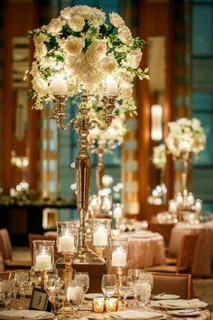 tischdekoration hochzeit blumendeko gold kerzenständer weiße rosen