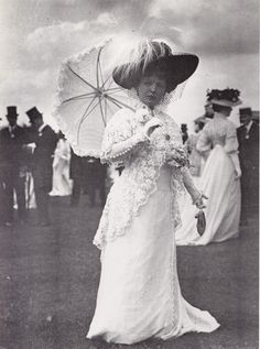 Stock Photo - MARIE LLOYD - English music hall singer at Goodwood Races about 1912 photographed by Horace Nicholls Edwardian Gowns, Edwardian Fashion, Edwardian Style, Vintage Fashion, Antique Photos, Vintage Photographs, Vintage Photos, Vintage Wear, Vintage Ladies
