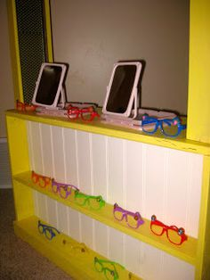 Eye doctor pretend play with glasses (sunglasses w/o lenses) and mirrors. Pair with vision chart, doctor coat, books about getting glasses! Dramatic Play Themes, Dramatic Play Area, Dramatic Play Centers, Preschool Dramatic Play, Preschool Centers, Preschool Classroom, Preschool Activities, Doctor Theme Preschool, Educational Activities