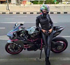Fake Leather Biker Chick with her Kawasaki Ninja Womens Motorcycle Helmets, Motorcycle Bike, Motorcycle Girls, Motorbikes Women, Motard Sexy, Motorbike Girl, Biker Gear, Hot Bikes, Lady Biker