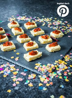Rezept-Trends auf Pinterest zur #Silvester-#Party: Pikanter #Cheesecake mit Tomatenmarmelade Tapas Party, Snacks Für Party, Crazy Kitchen, Fingerfood Party, Party Buffet, Silvester Party, Party Finger Foods, Dessert Recipes, Desserts