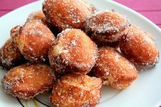 receta de buñuelos de viento - I want to make these using this recipe since it'll force me to learn new words. I'm not in school anymore so I have to give myself the assignments. Mexican Food Recipes, Sweet Recipes, Ethnic Recipes, Spanish Recipes, Beignets, Biscuits, Puerto Rican Recipes, Pastry And Bakery, Latin Food