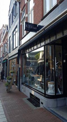 #KnhusLifestyle nu nog makkelijker te vinden door de beplakte lichtbak in huisstijl kleur en opmaak. #Enschede #Haverstraatpassage 📸 Michel Siegersma