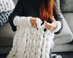 Make your own DIY Chunky knit blanket with merino yarn! Check the link and order your wool! #ChunkyKnit #Armknitting #DIY #Christmas