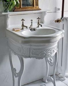 What a lovely bathroom pedestal.