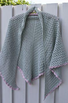 Jeg er blevet færdig med et bedstemorssjal, dog kalder jeg mit for terrassesjalet :-)   Det er jo dejligt med et sjal at tage over ...