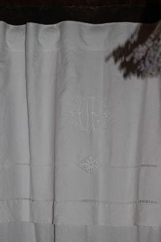 rideaux drap ancien avec retout monogramme D P jours échelle fait main : Textiles et tapis par l-atelier-d-eugenie