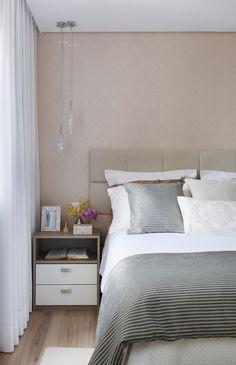 Cortineiro embutido no gesso, papel de parede, e cabeceira de linho deixando o ambiente mais aconchegante e elegante.