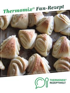 Knoblauch Dreiecke Garlic triangles by Dani_Martin. A Thermomix ® recipe from the baking category www.de, the Thermomix ® community. A Food, Food And Drink, Cinnamon Crunch, Triangles, Halloween Baking, Roasted Almonds, Snacks Für Party, Canned Pumpkin, No Bake Treats