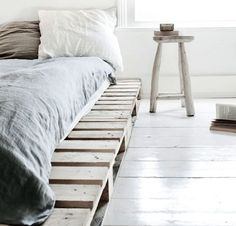 Een zelfgemaakt bed van pallets is erg origineel. Pallets zijn dankbaar materiaal en is goedkoop en multifunctioneel. Met een likje..