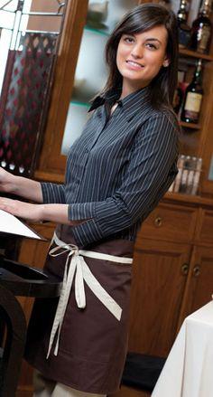 Avental de cintura curto bicolor, com dois bolsos.  Medidas: 116 x 44 cm.