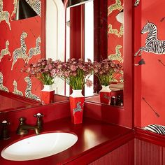 Scalamandre Zebra Wallpaper in Bathroom Design Ideas on HOUSE. This iconic wallpaper is Scalamandré's 'Zebra' in masai red, famously used in Wes Anderson's film The Royal Tenenbaums. Zebra Wallpaper, Interior Wallpaper, Bathroom Wallpaper, Wallpaper Ideas, Wallpaper Designs, Pattern Wallpaper, Bathroom Designs India, Modern Bathroom Design, Red Bathroom Decor