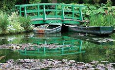 Esta é a famosa ponte japonesa, retratada por Monet em 45 obras. Os barcos eram utilizados como apoio na manutenção e limpeza das águas. O artista sempre utilizou o lago como espelho e jogo de reflexões em suas criações e representações de cores, luzes e (Foto: Fernando Grilli)
