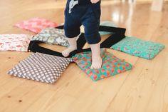 Jak stimulovat dítěti nožičky v domácím prostředí? Sewing Hacks, Sewing Tips, Floor Chair, Beach Mat, Outdoor Blanket, Flooring, Blog, Kids, Furniture