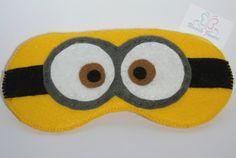 Minion Sleep Mask/Máscara Minion in felt by Naara Janeri - Artes em Tecidos [Cute as a Button] Felt Diy, Felt Crafts, Fabric Crafts, Sewing Crafts, Diy Crafts, Minions, Girl Minion, Craft Projects, Sewing Projects