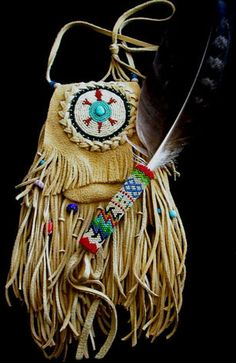 contemporary southwestern fringe bags MEDICINE BAGS With bladed prayer feather Hippie Chic, Hippie Style, Boho Style, Boho Chic, Hippie Bags, Boho Bags, Hippie Purse, Native Beadwork, Native American Beadwork