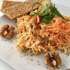 Salata de cruditati, cu bucati de nuci si maioneza din iaurt . Aroma puternica a hreanului, dulceata si zeama marului, gustul proaspat al morcovului si al telinei, nucile crocante si finetea iaurtului grecesc se combina intr-o salata delicioasa! Healthy Salad Recipes, Chicken, Cooking, Ethnic Recipes, Food, Essen, Kitchen, Meals, Yemek