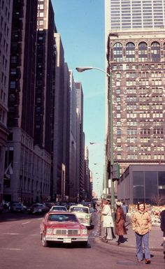 56 Fascinating Photos That Capture Street Scenes of Chicago in the 1970s
