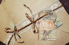 Convite feito para a Cassi e o Dudu #casamentoDuCa #craft #diy #upaltasaventuras #upadventure #rustic #rustico #wedding #casamento #convitedecasamento #conviterustico #reciclato #convitedecasamento