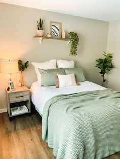 Green And White Bedroom, Green Bedroom Decor, College Bedroom Decor, Green Rooms, Room Ideas Bedroom, Bedroom Inspo, Dorm Room, Sage Bedroom, Green Apartment