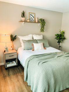 Room Design Bedroom, Room Ideas Bedroom, Home Decor Bedroom, Green Bedroom Design, Green Bedroom Decor, Study Room Decor, Green Home Decor, Bedroom Inspo, Entryway Decor