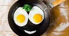 5 Tips to Cook Super Healthy Eggs Eggs are a superfood, but not all cooking methods are equal. Here are the healthiest ways to cook and eat eggs. Easy Healthy Dinners, Healthy Dinner Recipes, Diet Recipes, Healthy Snacks, Benefits Of Eating Eggs, Health Breakfast, Health Eating, Food Videos, Fried Eggs