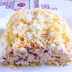 """Салат """"Слоеный"""" - крабовые палочки, чипсы, яйца, помидоры, твёрдый сыр."""