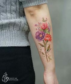 Korean tattoo artist Silo (aka tattooist_silo) decorates her clients' skin with colorful floral tattoo designs that look like watercolor paintings on skin. Clavicle Tattoo, Forearm Tattoos, Body Art Tattoos, New Tattoos, Small Tattoos, Sleeve Tattoos, Cool Tattoos, Forearm Flower Tattoo, Tattos