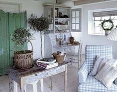 Eye For Design: Decorating With Swedish Gustavian White Painted Desks Shabby Chic Zimmer, Table Cafe, Interior Styling, Interior Design, Ideas Prácticas, Country House Interior, Shabby Chic Homes, Country Decor, Country Style