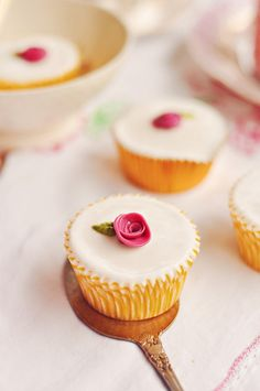 Elegant pour fondant cupcake