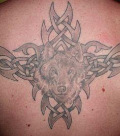 Tatuaje lobo en la espalda de un hombre