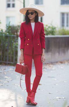 Yoyo Cao investe no look vermelho total com maxi chapéu