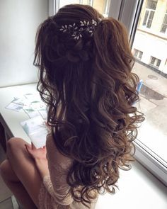 Hairstyles for prom Собранные локоны Кудри Хвост из локонов Со . Quince Hairstyles, Wedding Hairstyles For Long Hair, Wedding Hair And Makeup, Down Hairstyles, Bridal Hair, Hair Makeup, Sweet 15 Hairstyles, Hairstyles For Long Dresses, Bridesmaid Hairstyles Half Up Half Down