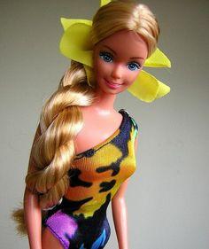 look année 80 Barbie dans l'air du temps et dans les couleurs cultes comme Jane Fonda