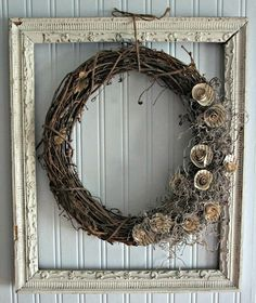 Old picture frames are the perfect way to decorate your home. Old picture frames are the perfect way to decorate Picture Frame Projects, Cute Picture Frames, Picture Frame Wreath, Vintage Picture Frames, Picture Frame Decorating Ideas, Vintage Frames, Crafts With Picture Frames, Mom Picture, Photo Frame Crafts