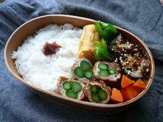 Good realistic box lunches without surplus decoration. 5月25日 豚肉アスパラ巻 厚焼き玉子 ピーマンソテー 人参煮 茄子の味噌田楽 梅干し